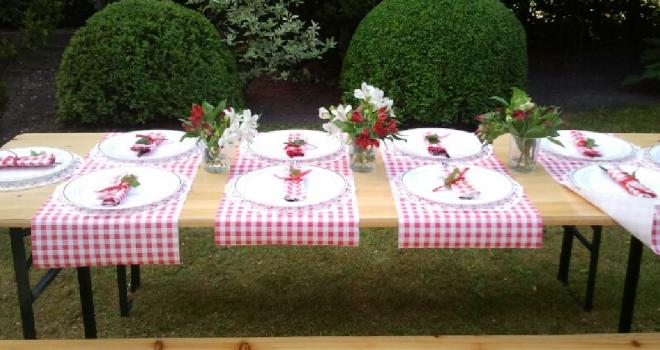 mesa en el jardin pascua
